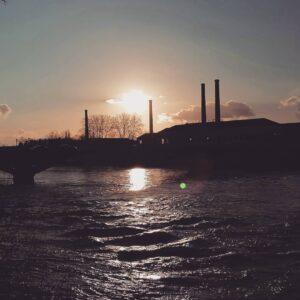 Soleil couchant sur la Vienne et les tours de la Manu Châtellerault gîte gite Cocottes & Colibri