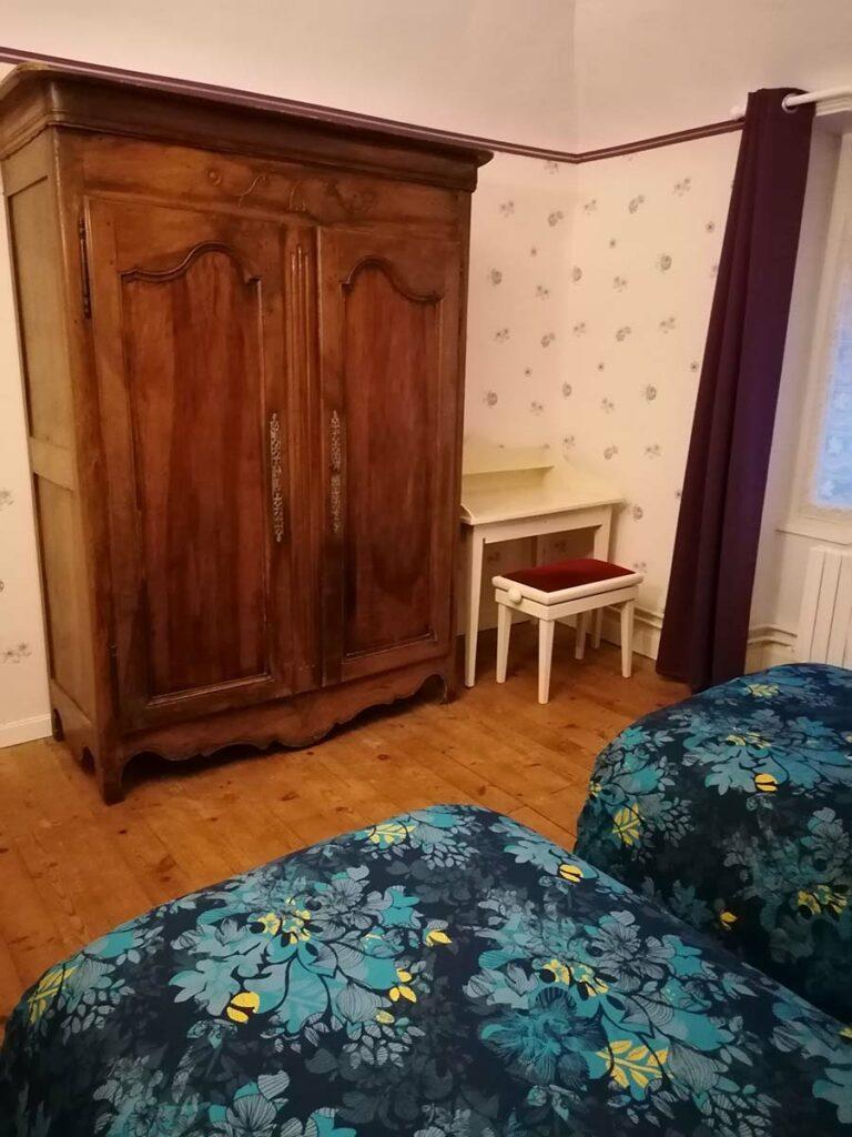 chambre 2 personnes draps fournis lits faits à l'arrivée clair de lune coiffeuse gîte gite Cocottes & Colibri Châtellerault