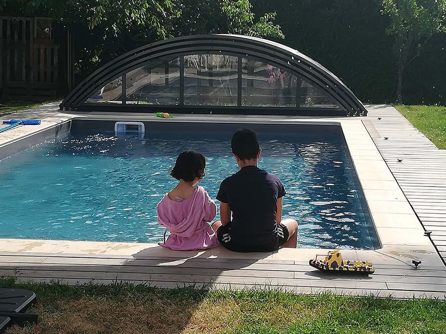 pause au bord de la piscine en face du gîte gite Cocottes & Colibri Châtellerault